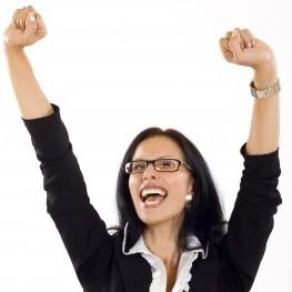 Juichende vrouw die procrastinatie heeft overwonnen