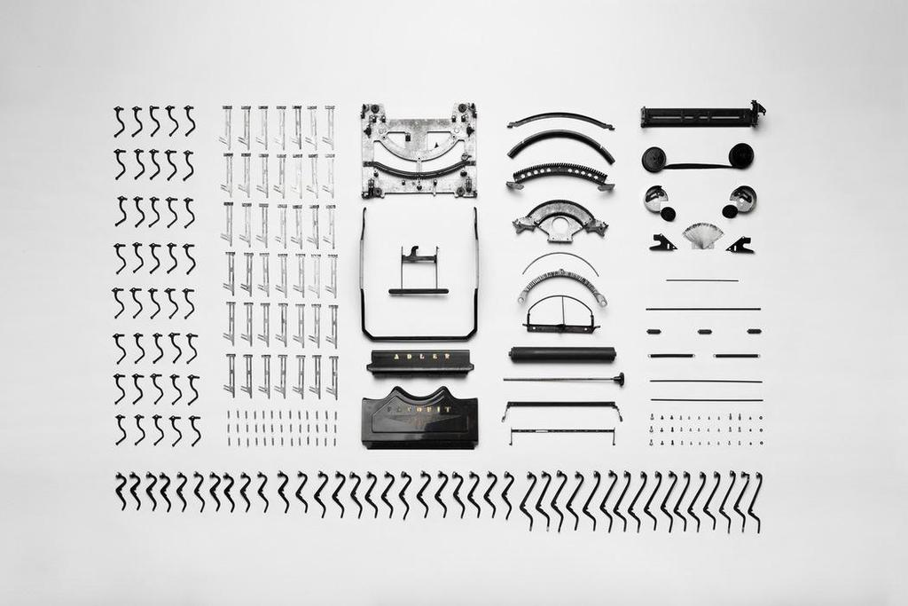 Typemachine in onderdelen als symbool voor voorbereiding van vergadering.