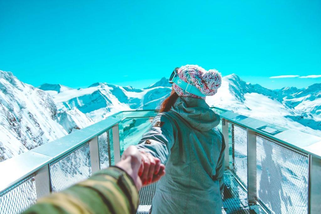 vrouw in sneeuwlandschap neemt iemand bij de hand