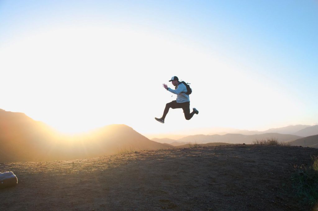 productieve man springt in de lucht